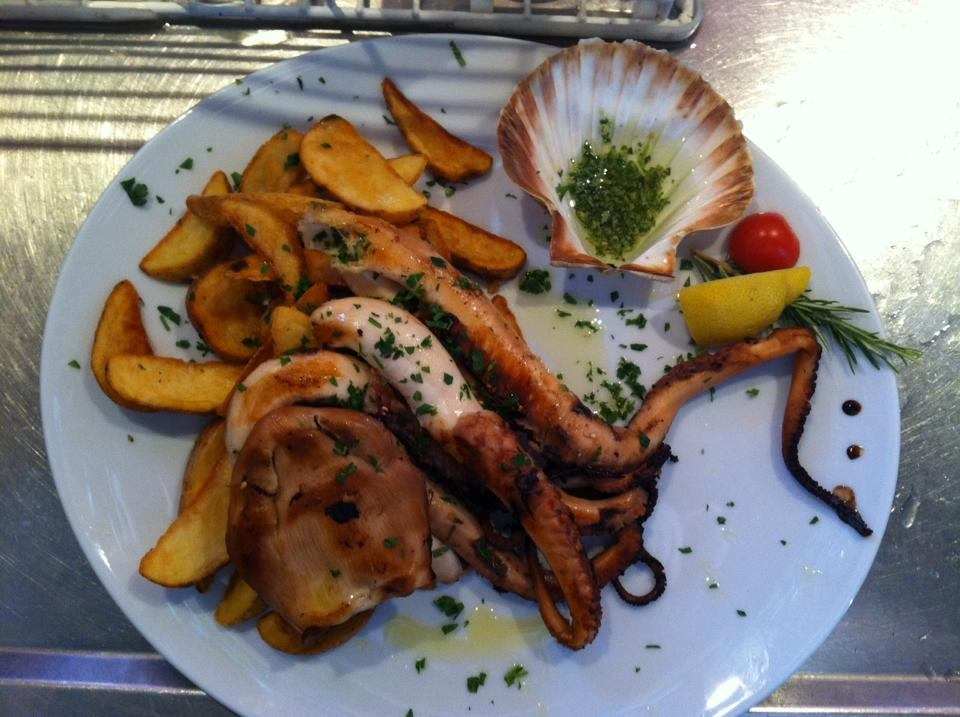 Riblja i mesna jela u restoranu i baru na plaži Orlandin
